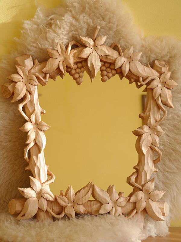 vyrezávaný rám s motívom hrozna, drevorezba